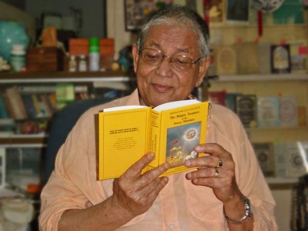 Srila-Govinda-Maharaj-Reading-Bhagavad-gita