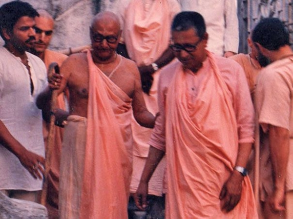 Srila-Sridhar-Maharaj-and-Srila-Govinda-Maharaj-Walking-Down-Stairs